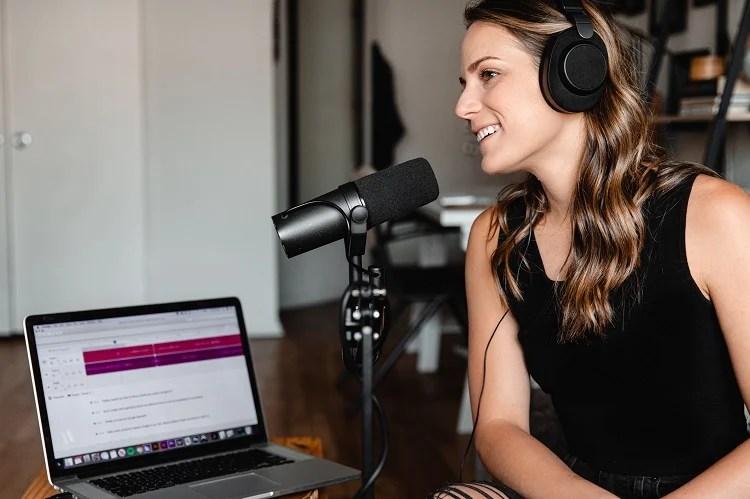 Foto de mulher gravando podcast