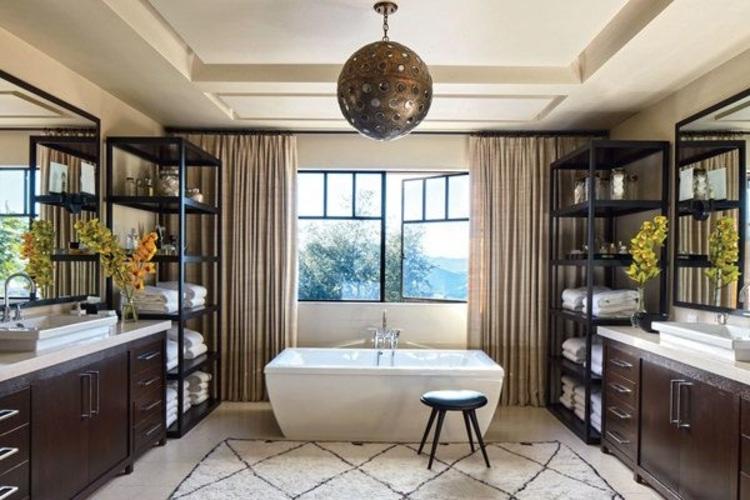 Banheiro marrom e branco.