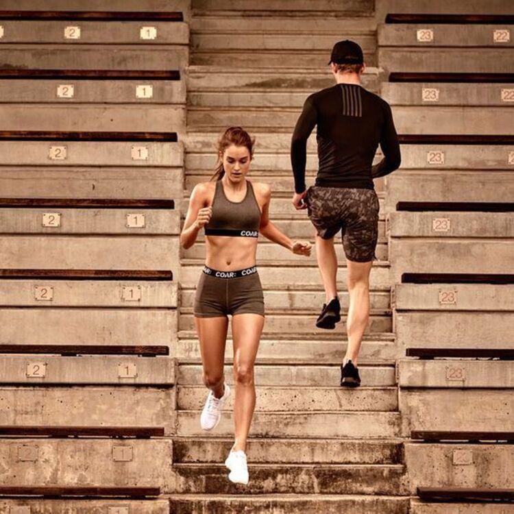Homem e mulher subindo e descendo escadas.