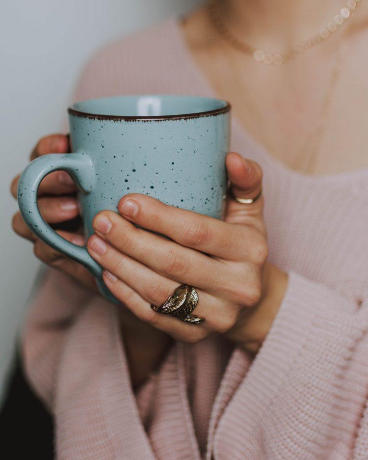 Mulher tomando chás que acalmam a mente.