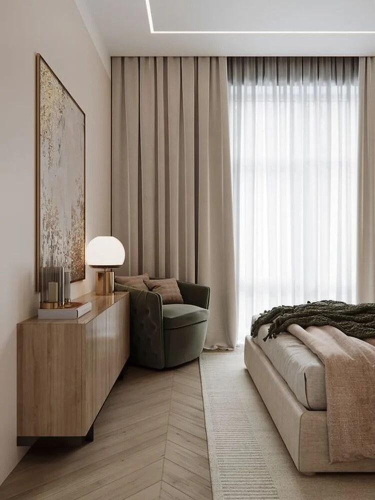 Cômodo decorado com cores neutras.