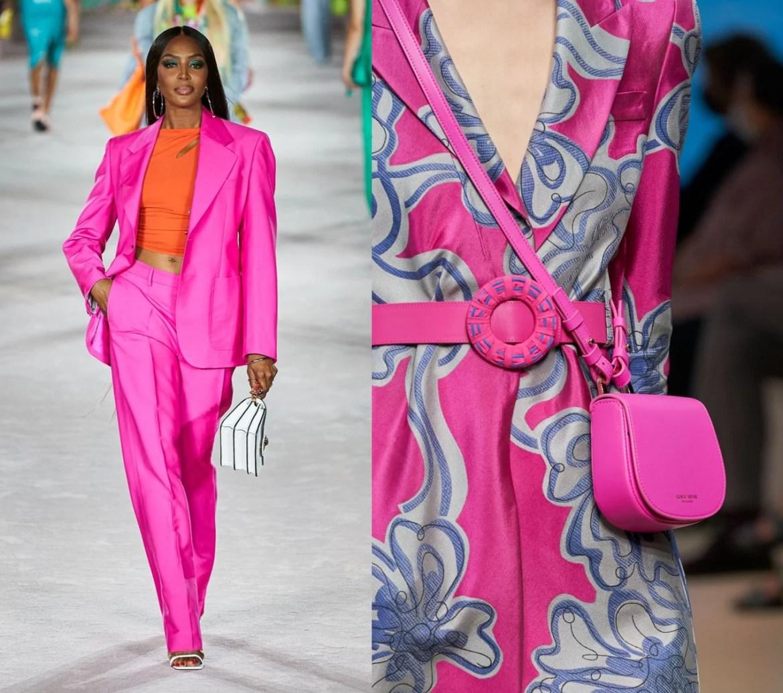 Foto com conjunto Versace blazer e calça pink, vestido em jacquard e bolsa Giorgio Armani.