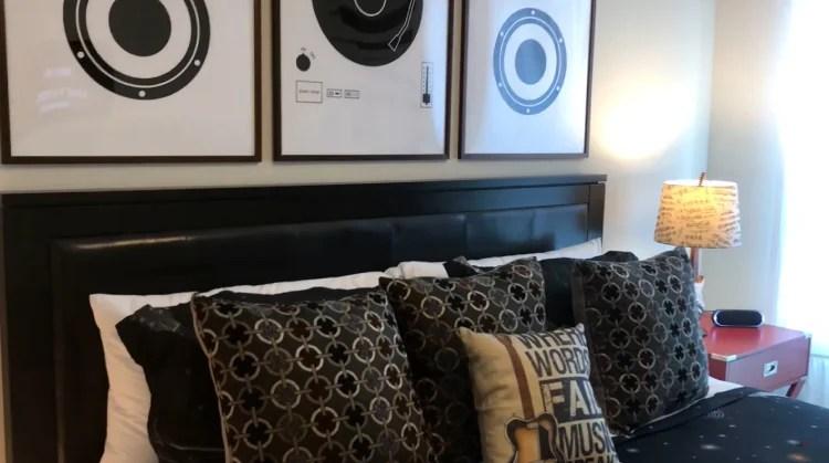 Vida de rica: Os objetos do quarto de Larissa Manoela são personalizados com o tema de música.