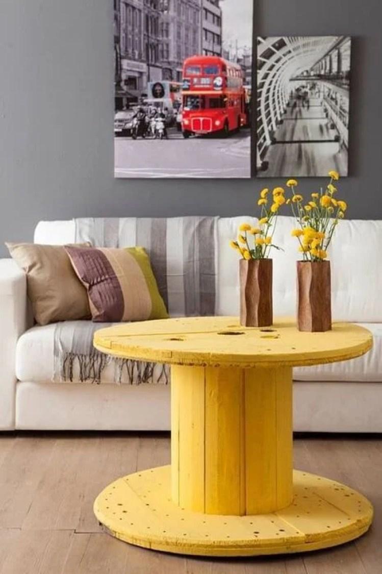 Mesa de centro amarela.