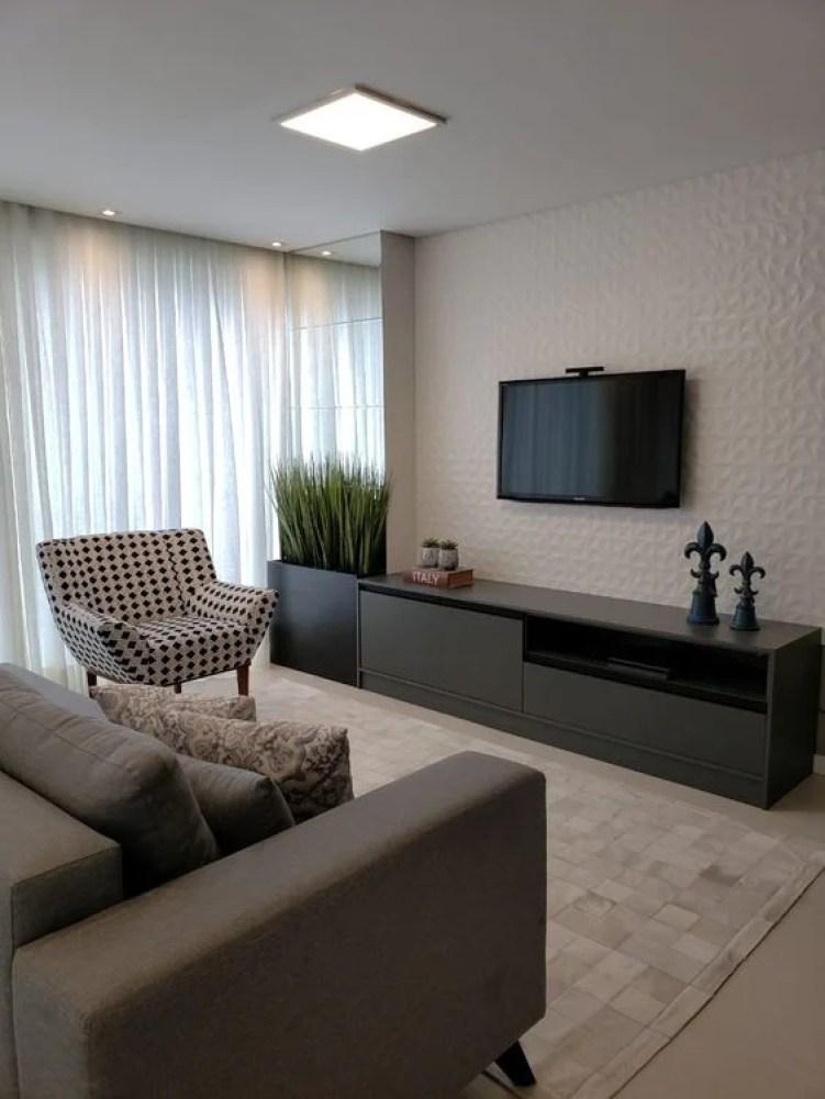 Sala clara com sofá e poltrona.