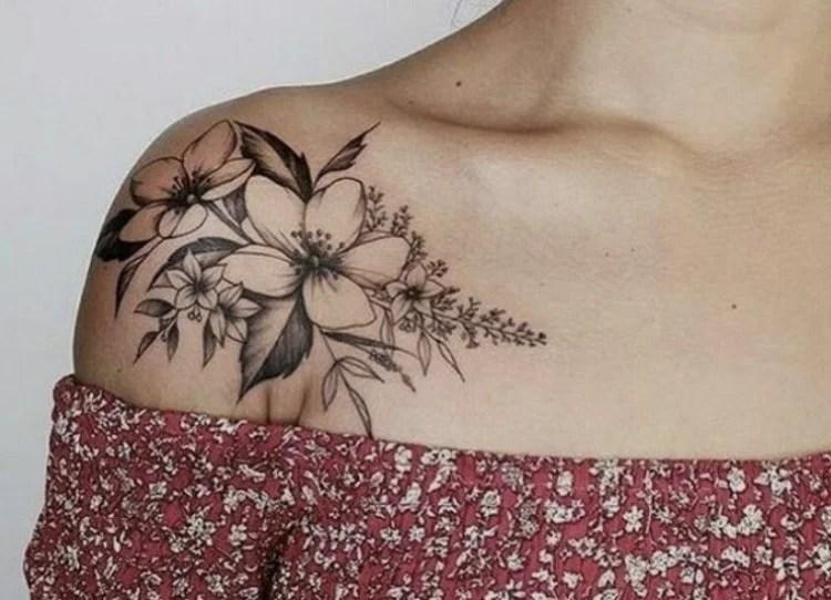 Tattoo com flores no ombro