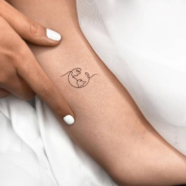Tatuagem do mapa mundi delicada