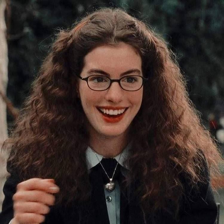 Foto de Anne Hathaway como Amelia Mignonette.