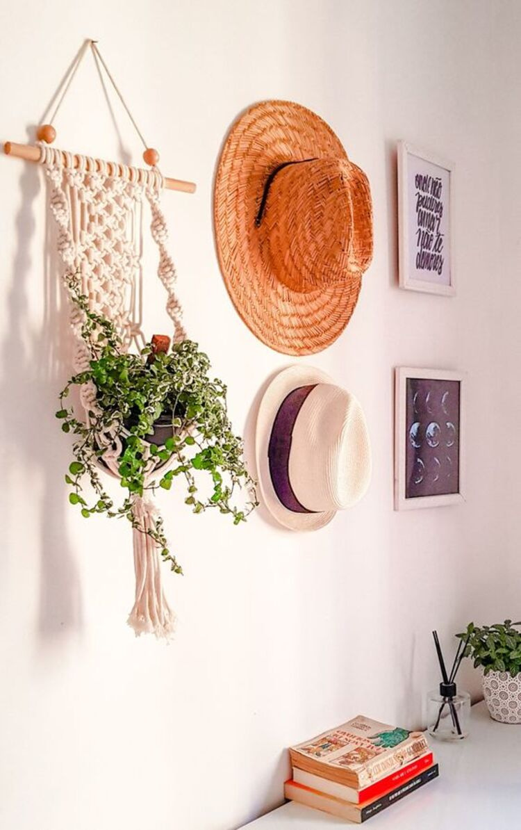 Decoração com chapéus na parede.