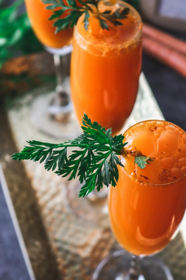 Dois copos de suco de cenoura.