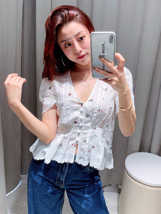 White Cute Top With Flowers | Momo – Twice