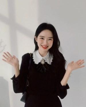 Seulgi White Collar Black Shirt With Brooch (6)