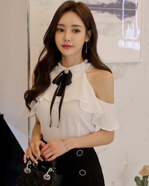 Jisoo Bare Shoulders Ruffled Blouse (12)