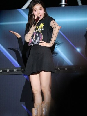 Black Pleated Skirt | Hyuna
