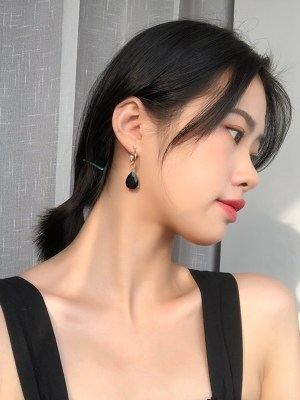 IU – Hotel Del Luna Black Crystal Gold Earrings (5)