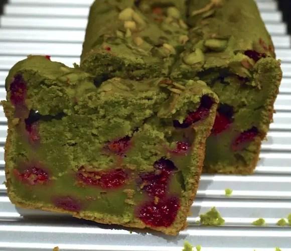 Cake au thé vert matcha et aux framboises