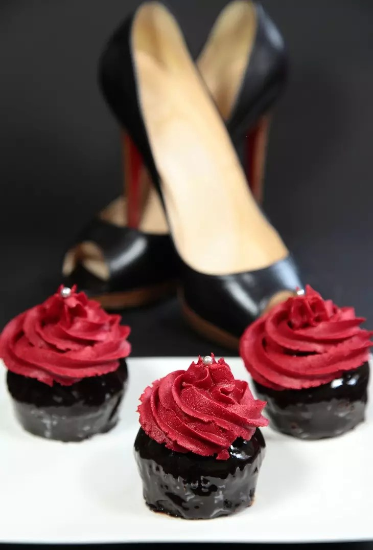 cupcakes louboutin cupcakes chocolat noirs brillants gla age vanille rouge. Black Bedroom Furniture Sets. Home Design Ideas