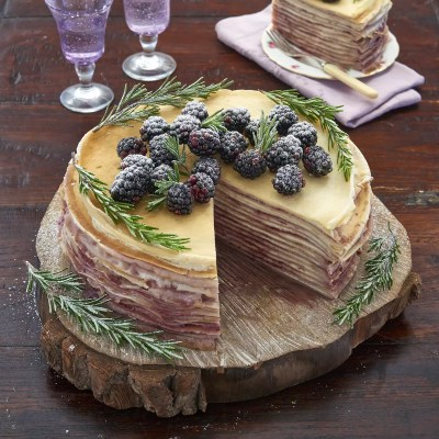 On empile – Gâteau de crêpes mûres romarin