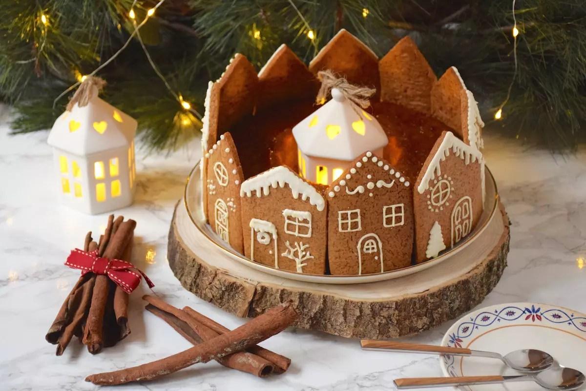 Gâteau de Noël décoré de maisons en biscuits pain d'épices