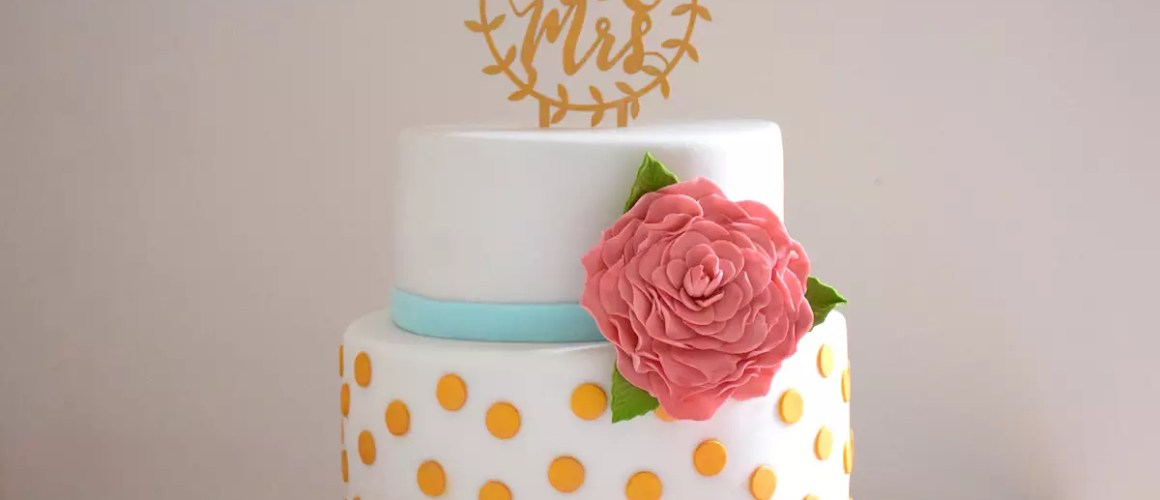 Wedding cake pois or & fleur rose