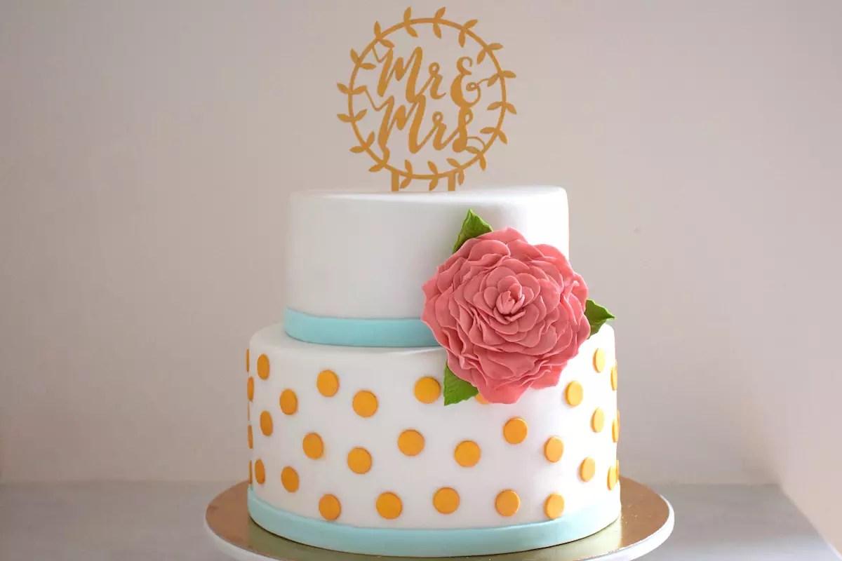 Wedding Cake à pois dorés et fleur rose
