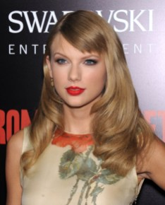 Taylor swift hair taylor swift with long short hair taylor swift at the premiere of romeo and juliette in 2013 wears a long curled hairstyle urmus Images