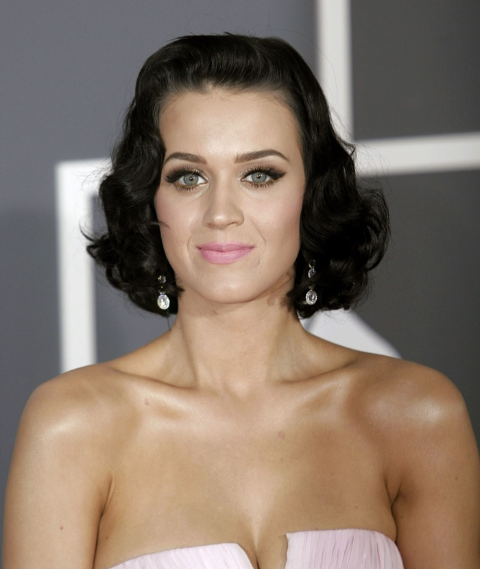 At the 2009 Grammys, Katy Perry showed of a short and wavy black hairstyle. Photo: Everett Collection / Shutterstock.com