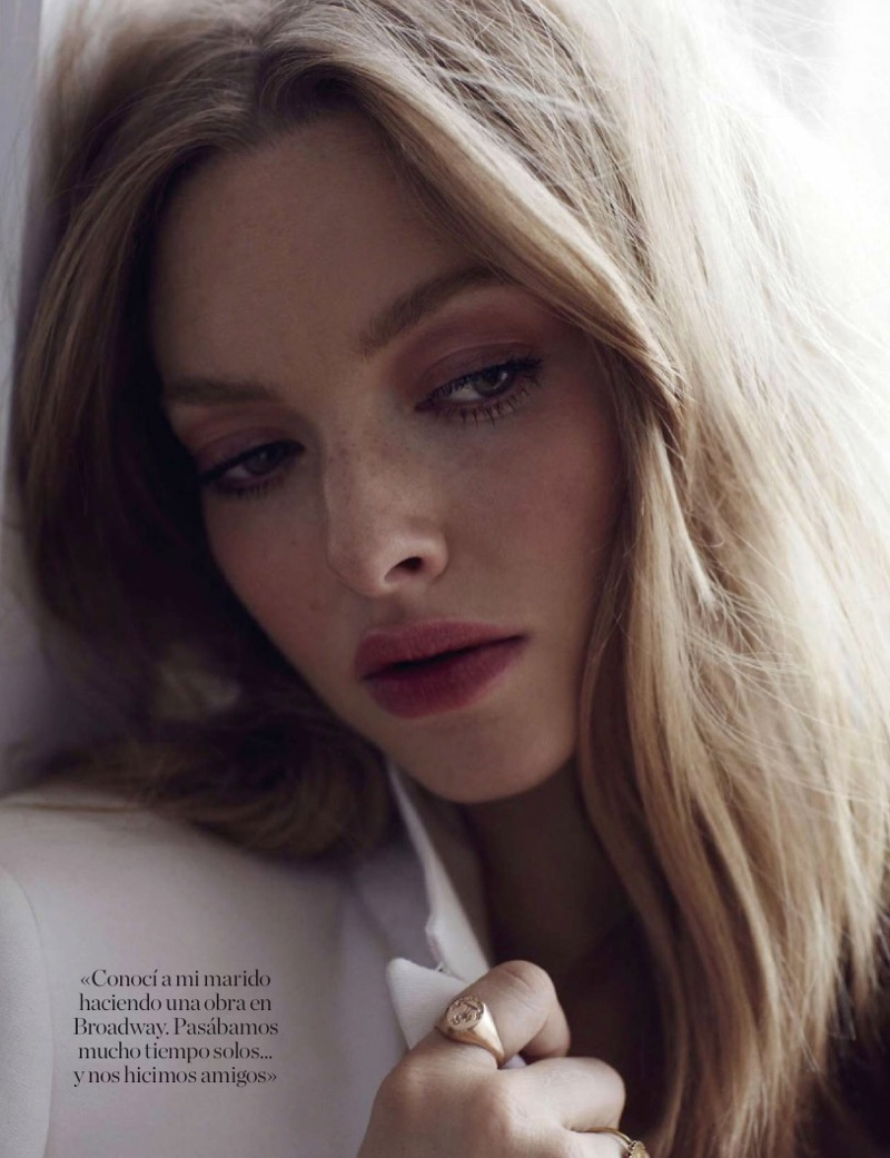 Actress Amanda Seyfried shows off a wavy hairstyle