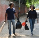 Karan-Paul_Chairman_Apeejay-Surendra-Group-along-with-his-wife-Indrani-Dasgupta-cleaned-the-streets-2