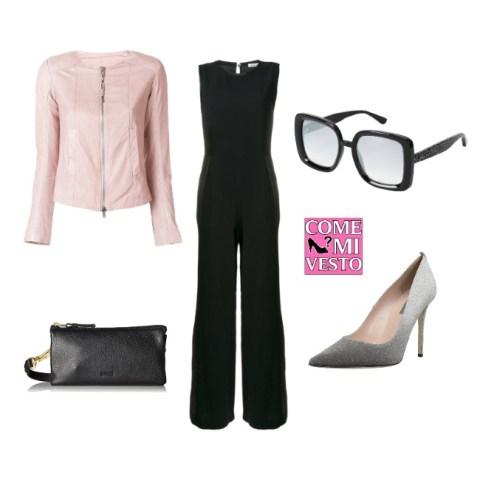 giacca in pelle rosa abbinato a tuta nera e scarpe con tacco