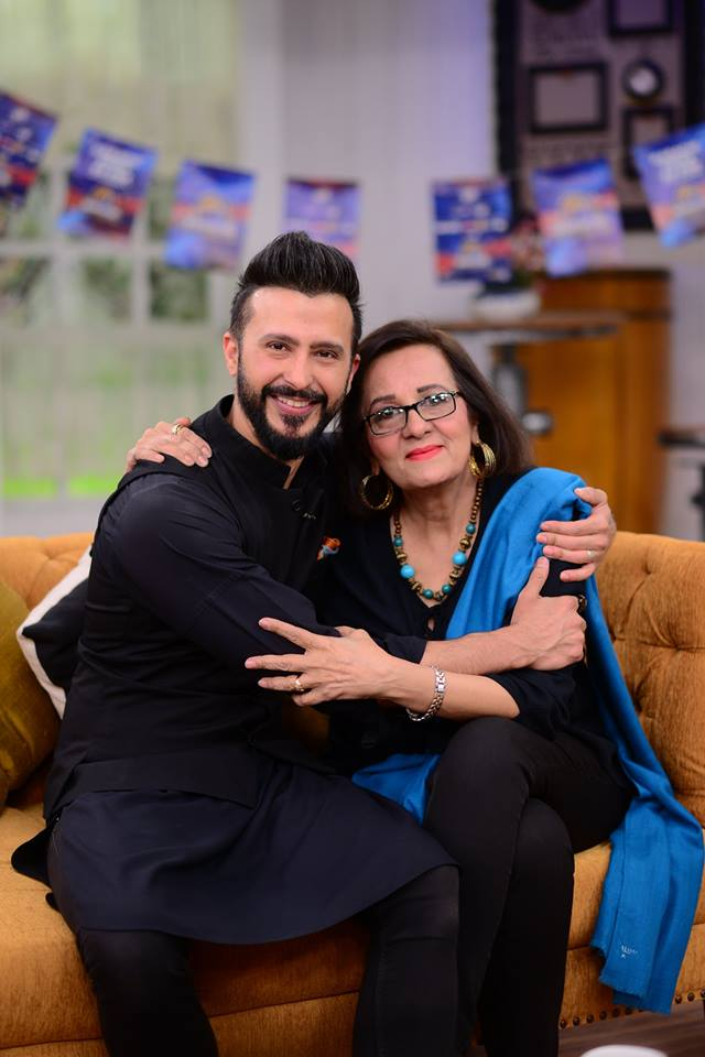 Actor Ali Kazmi With His Mother In Nida Yasir Show Pakistani Drama Celebrities