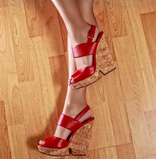 Sandalia en piel, de rojo intenso, suela en corcho. YSL, de Oui. $775