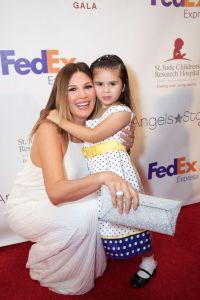 Daisy Fuentes, junto a la niña, Crista, paciente de St. Jude