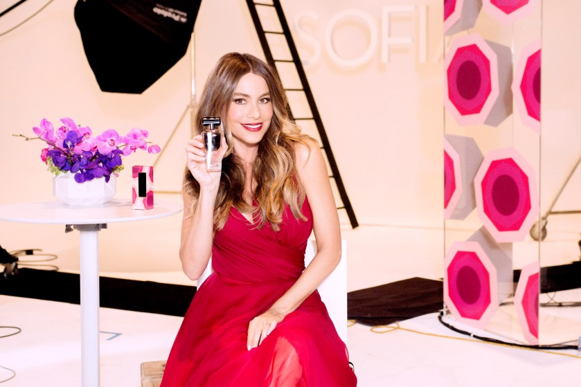 sofia-vergara-con-su-nueva-fragancia-para-avon-so-very-sofia-38-HR