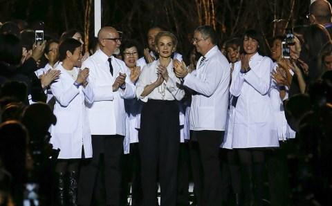 En su adiós, Carolina Herrera le rinde un homenaje a su pieza emblema, la blusa blanca