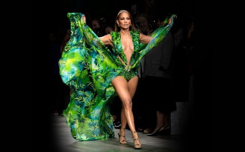 JLo en el Jungle Dress de Versace: Dos minutos que te dejarán sin aliento