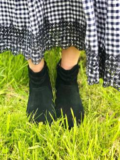 Blogger Pixie Tenenbaum wears the Vionic Kanela Black slouch boot in suede with a gingham maxi dress