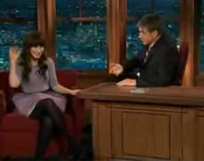 Zooey Deschanel in Sretsis