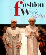 Designer Irna Mutiara (L) and actress Zaskia Adya Mecca