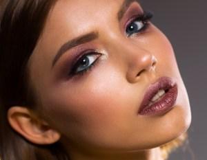 en la foto se ve a una chica con un maquillaje profesional