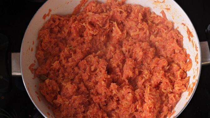 preparing gajar ka halwa in a white pan