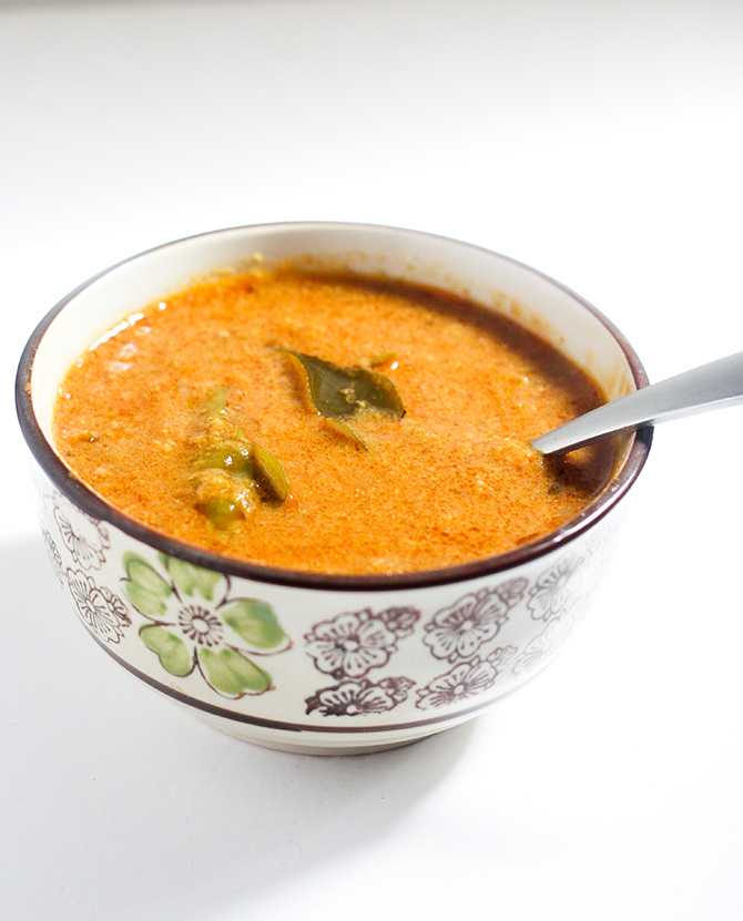 Chettinad Onion Kulambu or the Vengaya Kulambu as it is known in Tamil is a tasty gravy preparation from the Chettinad cuisine. Made with onion and coconut, this is lip smacking gravy that tastes yummy with rice.