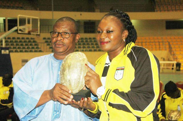 Balkissa Konaté, meilleure joueuse senior de la saison 2015-2016 (dame) recevant son trophée