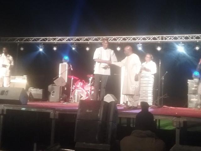 M. Omar Paténoma Ouedraogo des éditions Sidwaya reçoit le prix de la meilleure œuvre journalistique sur le thème du 11 décembre « Démocratie, Défis Sécuritaires, et Progrès Economique et Social ».