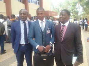 Le Lauréat de la meilleure création de site M. Adama Sana (au milieu) posant avec le Directeur de cabinet du MDENP M. Ouédraogo Alassani (à droit) et le DG de CFAO Technologie (à gauche)