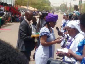 Mme la Ministre de l'économie numérique décore les femmes a l'ordre Chevalier du mérite Burkinabé