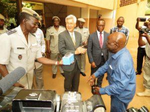 Le ministre de la Sécurité, Simon Compaoré peut se réjouir de ce don