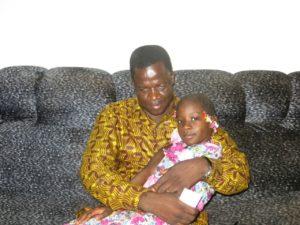 M. Souleymane Ouédraogo avec sa fille aînée Leila en classe de CE2