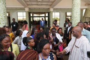 Les jeunes filles futures femmes leaders avec le  chef de l'Etat