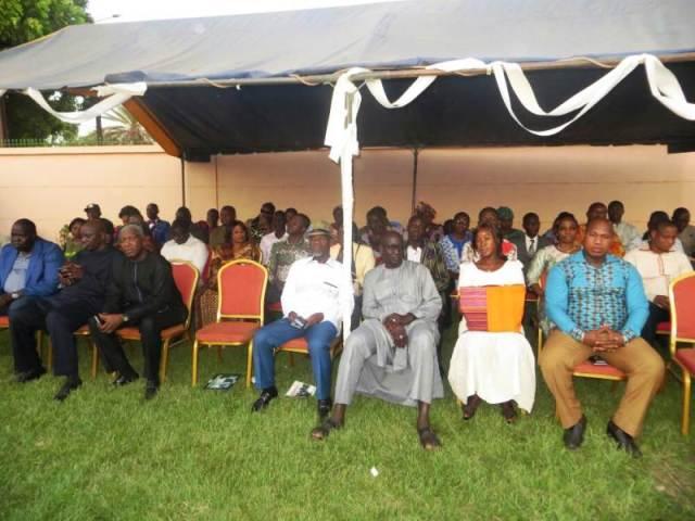 Parents amis et connaissances étaient à la cérémonie